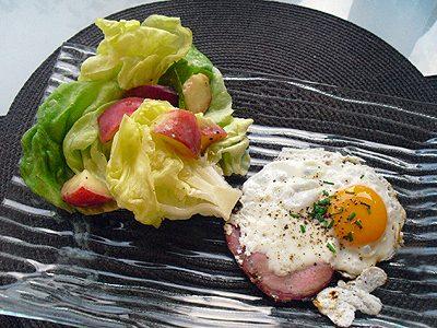 Oeufs au bacon et salade aux pêches
