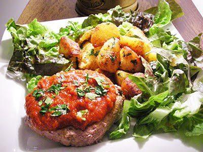 Steaks hachés à la tomate et pommes sautées