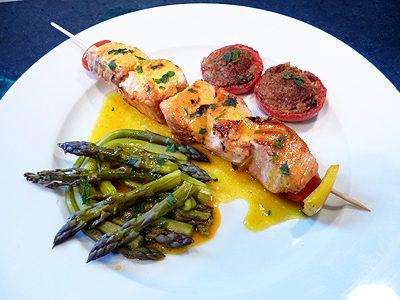 Brochettes de saumon sauce safran sur plancha