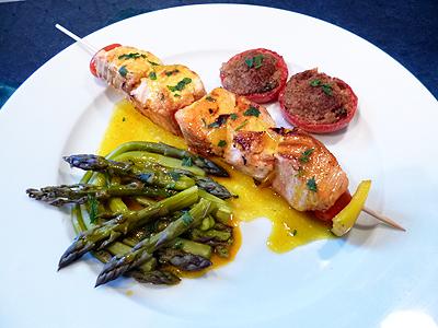 Brochettes de saumon sauce safran sur plancha la recette for Poissons a la plancha