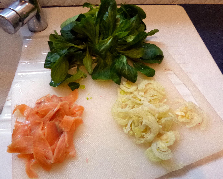 salade l g re au saumon fum la recette facile par toqu s 2 cuisine. Black Bedroom Furniture Sets. Home Design Ideas
