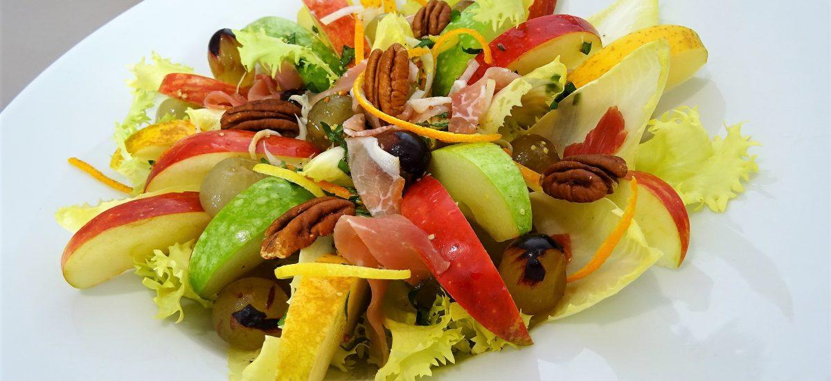Salade d'endives aux pommes, raisins et noix de pécan